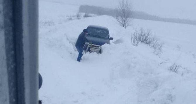 За сутки из снежных заносов извлекли 17 автомобилей, в которых было 35 человек