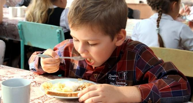 Зеленский подписал закон о бесплатном питании для детей переселенцев
