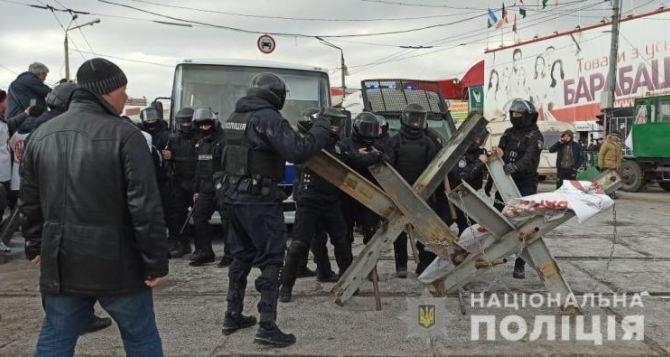 Из-за строительства дороги торговцы «Барабашово» в Харькове устроили потасовку со взрывами