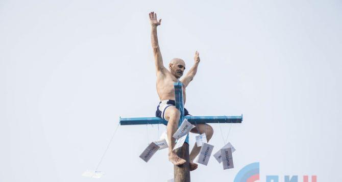 60-летний пенсионер на ярмарке в Луганске за минуту залез на верхушку Масленичного столба. ФОТО
