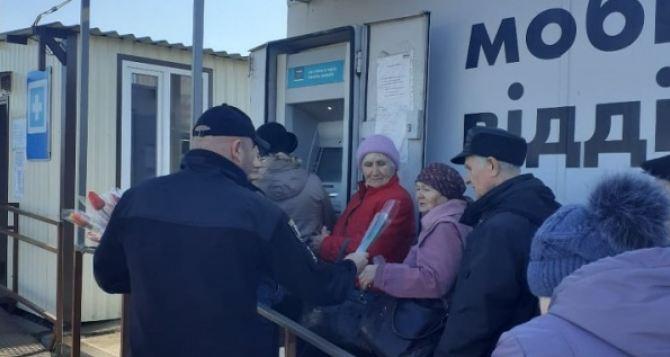 Вчера на КПВВ «Станица Луганская» всех женщин останавливали полицейские. ФОТО