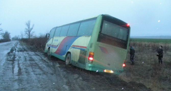 В Марковском районе в кювет съехал рейсовый автобус с 30 пассажирами. ФОТО