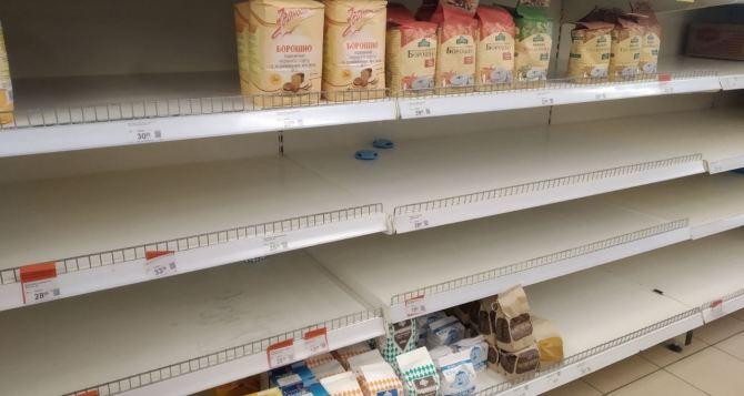 В Северодонецке жители скупают продукты длительного хранения. Полки супермаркетов пустеют. ФОТО