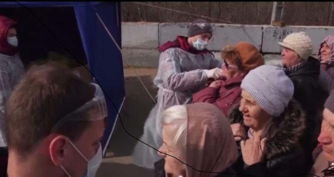 На КПВВ «Станица Луганская» идущих со стороны Украины тщательно проверяют. ВИДЕО