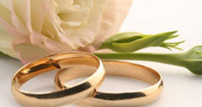 РАГСЫ из-за коронавируса не принимают заявления на заключение брака