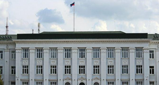 В центре Северодонецка люди, несогласные с введением карантина, перекрыли дорогу. ФОТО