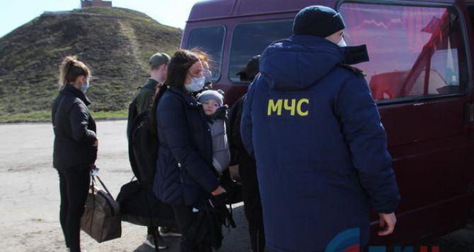 Через КПВВ «Станица Луганская» смогли вернуться из Луганска в Украину жители с пропиской на подконтрольной территории. ФОТО