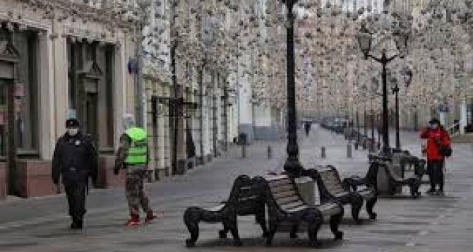 В Москве нельзя выгуливать собаку дальше чем 100 метров от своего дома. Так действует режим самоизоляции