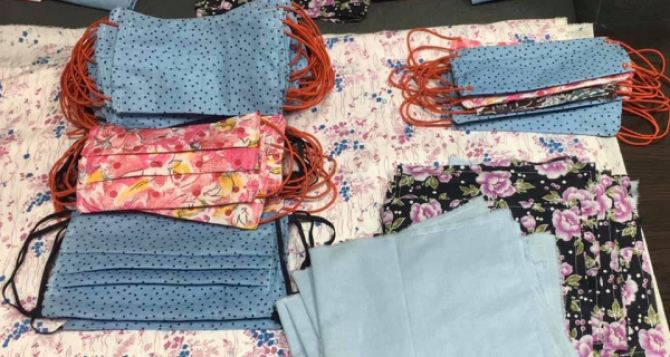 В Бахмуте шьют халаты для медиков и маски по 8 грн для населения