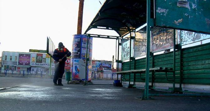 В Луганске спасатели обрабатывают спецжидкостью автобусные остановки и салоны маршруток