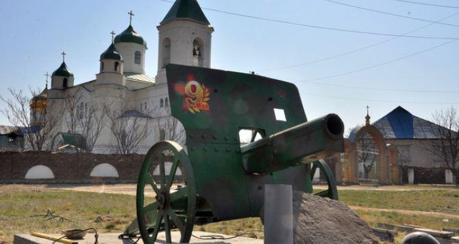 В пгт Павловка своими руками сделали пушку и установили ее в качестве памятника в честь 75-летия Победы. ФОТО