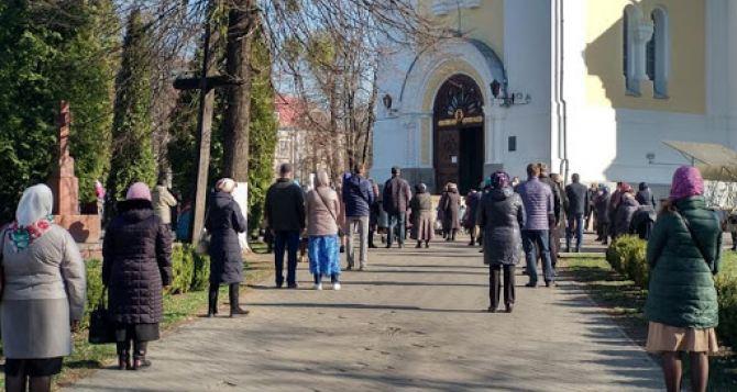 Национальная полиция предупреждает на Пасхальные богослужения в храмы приходить нельзя