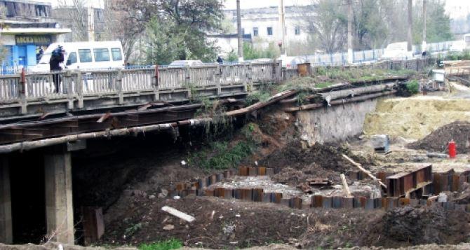 Насыпь нового путепровода у завода Пархоменко начинает разрушаться. Чтобы это остановить нужно ремонтировать старый мост