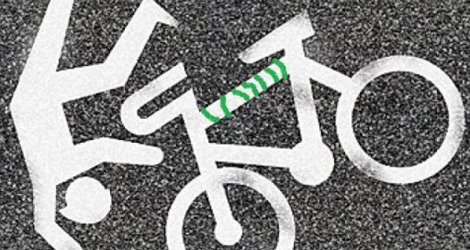 Пенсионера с велосипедом из траншеи пришлось доставать спасателям