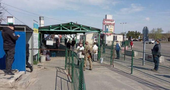 В Станице Луганской начали пропуск людей, которые получили разрешение на пересечение КПВВ во время карантина