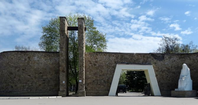 В Луганске сняли ограничения на посещение кладбищ