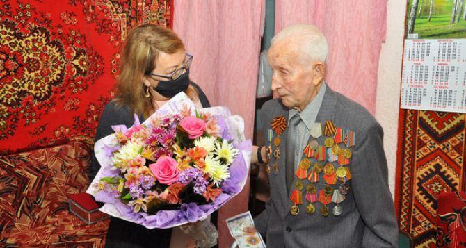В Свердловске отметил 100-й день рождения ветеран Великой Отечественной войны. ФОТО