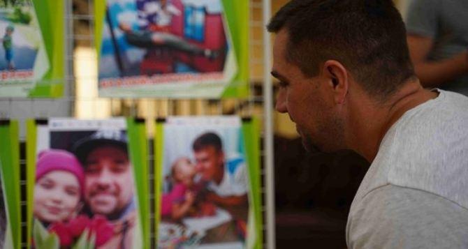 В Северодонецке открыли фотовыставку к Дню отца