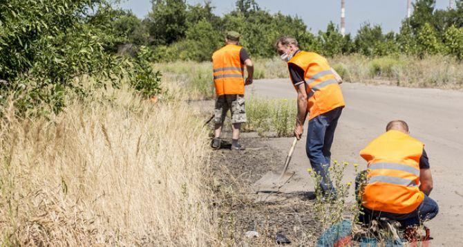 В Луганске начали разминировать и ремонтировать дорогу на Счастье. ФОТО