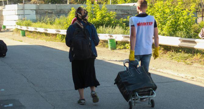 Пожилые люди с тяжелыми сумками были удивлены ситуацией на КПВВ «Станица Луганская». ФОТО