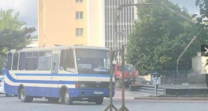 В центре Луцка террорист захватил автобус с пассажирами