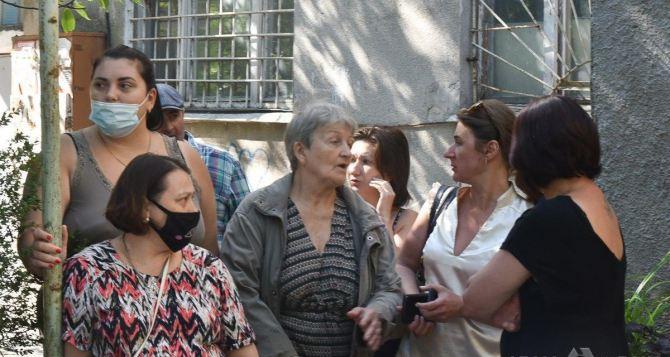 Переселенцев из Луганска, выгоняют из временного жилья в Одессе. ФОТО