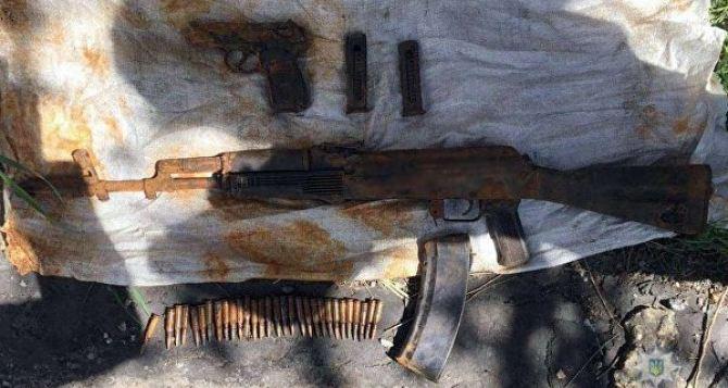 Житель Луганска нашел у себя на даче тайник с оружием. ВИДЕО