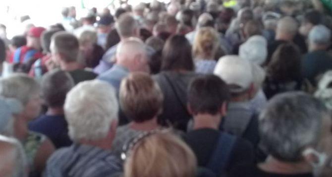Из-за слухов о закрытии КПВВ в Станице и границ сРФ поток людей продолжает увеличиваться