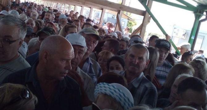 Как проходили люди вчера через КПВВ «Станица Луганская» в течении дня
