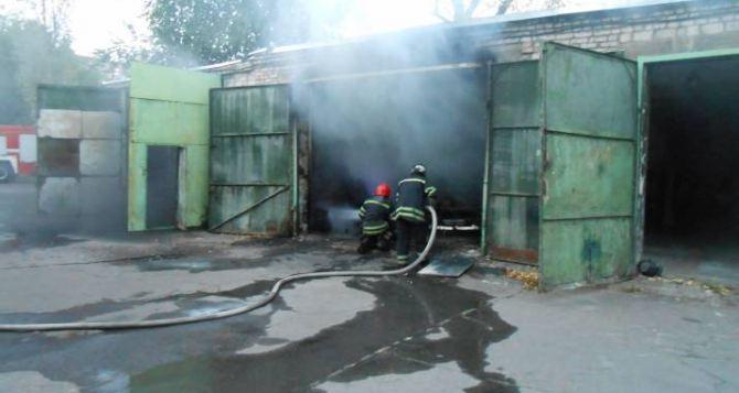 Во дворе Луганской облгосадминистрации сгорел автомобиль