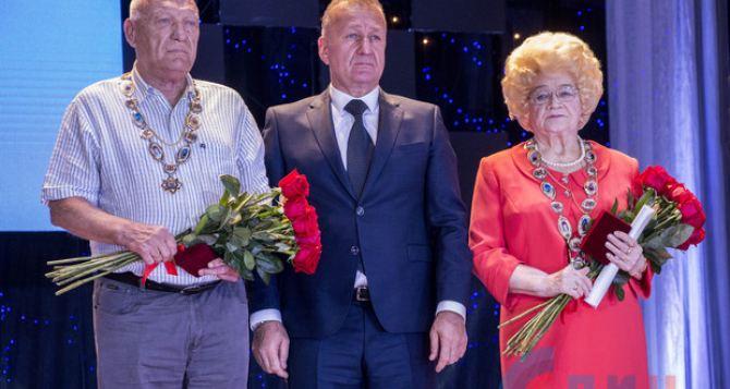 Сегодня вДК Ленина вручили звание «Почетный гражданин Луганска» сразу двум луганчанам