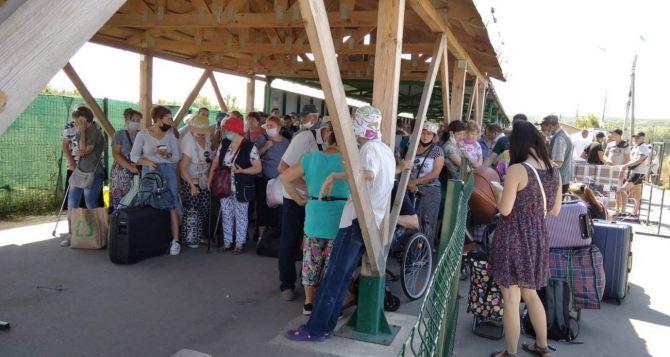 Поток людей через КПВВ «Станица Луганская» к концу недели увеличился. Всё больше людей идет в сторону Луганска