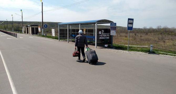 Вчера линию разграничения на Донбассе пересекли 37 автомобилей и 2394 человека
