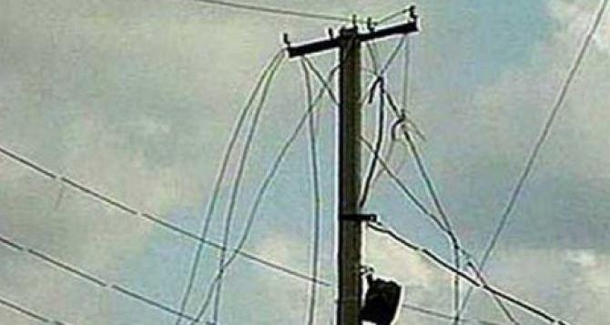 Луганчан просят не трогать оборванные электрические провода. После шторма смогли восстановить только треть порывов ЛЭП