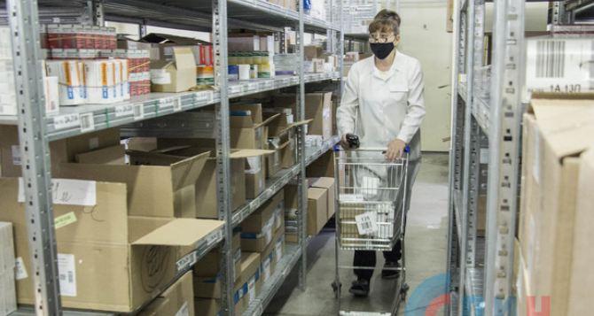 Лекарства от пневмонии и коронавируса начали поступать в аптеки Луганска на три дня позже обещанного