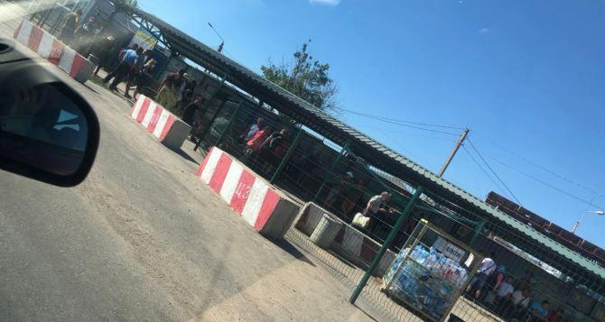 С сегодняшнего дня КПВВ «Станица Луганская» не работает, но люди стоят в очереди