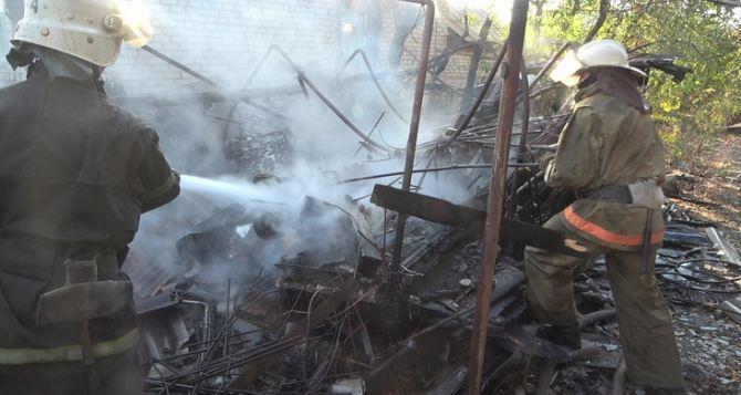 Сжигал листву: обожжены кисти рук, гараж сгорел полностью