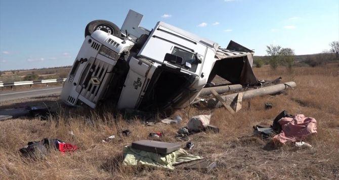 Фура слетела с трассы и перевернулась на дороге Луганск-Изварино. ФОТО. ВИДЕО