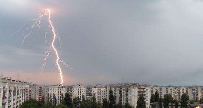 В Северодонецке желтый уровень опасности: сильный дождь и туман
