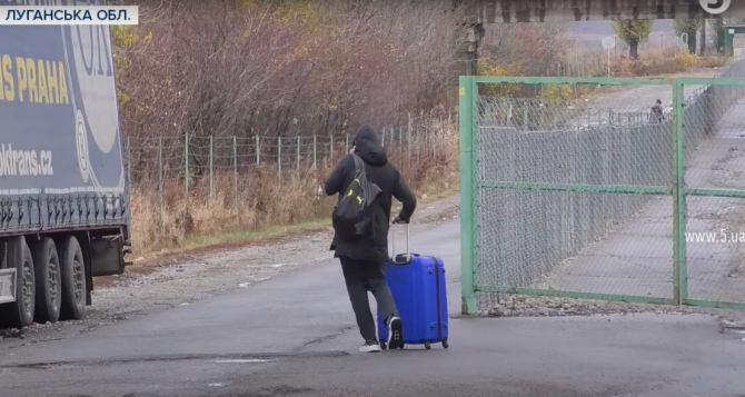 После закрытия КПВВ в Станице Луганской через «Меловое» незаконно границу пересекли более 1200 луганчан. ВИДЕО