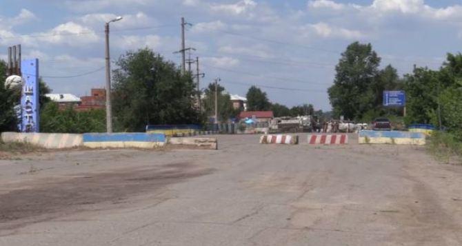 В районе КПВВ Счастье на маршруте движения гражданских лиц установлен вооруженный блокпост