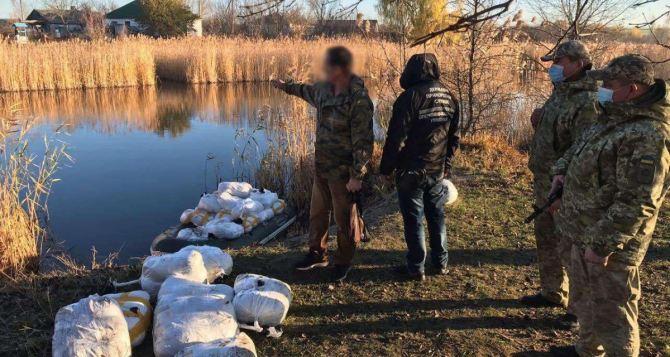 Пограничники выявили незаконную переправу через реку на границе сРФ. Задержали КАМАЗ, два микроавтобуса и две лодки с контрабандой. ФОТО