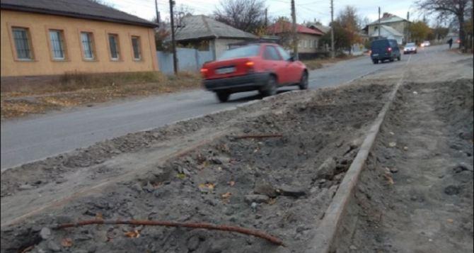 В Луганске продолжают демонтировать трамвайные пути. ФОТО