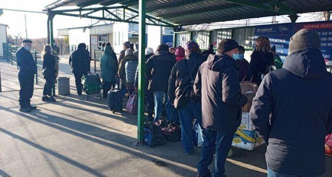 Сегодня через КПВВ «Станица Луганская» в обе стороны прошло одинаковое число людей. Всего 424 человека
