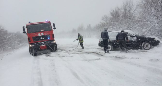 На Луганщине спасатели вытаскивали из снега легковушку