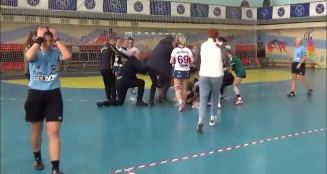 NHL «отдыхает». Гандболистки Херсона и Николаева во время матча устроили массовую драку. ВИДЕО
