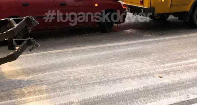 В Луганске легковушка врезалась в маршрутное такси. Один человек госпитализирован