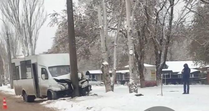 В Луганске маршрутка врезалась в столб по ул. Ватутина. Пять человек пострадали. ДОПОЛНЕНО, ФОТО