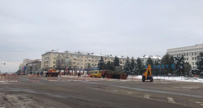 В Луганске начали устанавливать традиционную Новогоднюю елку на Театральной площади. ФОТО