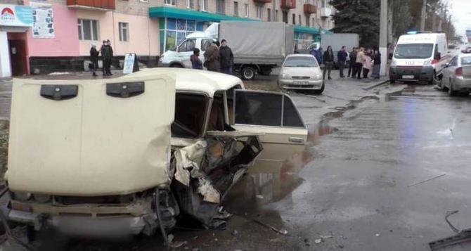 В Луганске по улице Советской автомобиль вылетел на встречную полосу. Три человека госпитализированы. ФОТО. ВИДЕО
